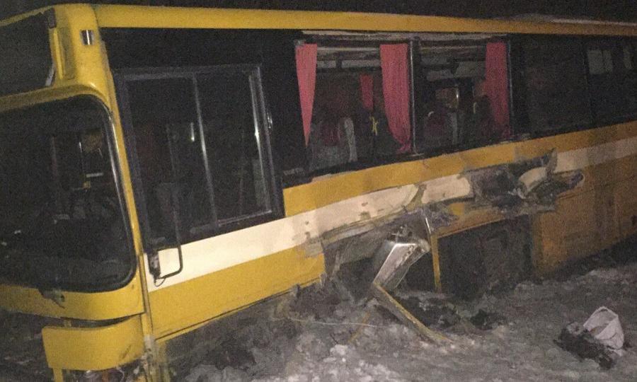 66-летняя женщина погибла при столкновении автобуса и грузового автомобиля вАрхангельской области